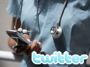 Un médico, twitteando con el móvil