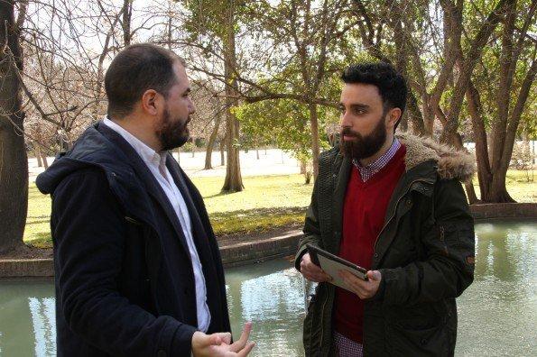 Manuel Moreno, creador de TreceBits; durante la entrevista con Rafael Rodrigo, presentador de Blogueros TV