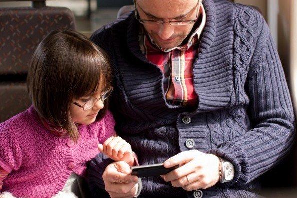 Los padres pasan más tiempo en Facebook que quienes no tienen hijos
