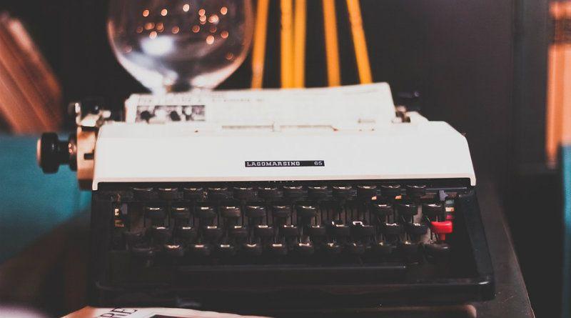 -Otter-periodista maquina de escribir 800 445