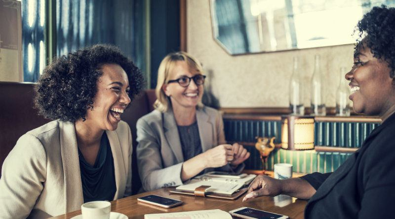 mujeres-google maps-mesa-restaurante-grupo-gente-locales