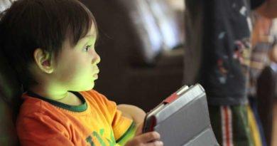Usar el móvil antes de dormir no implica que los niños duerman peor