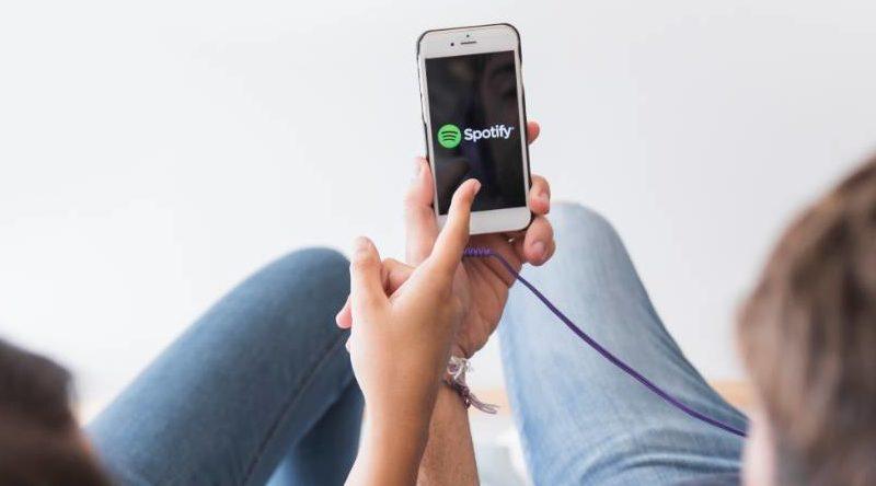 Móvil con Spotify