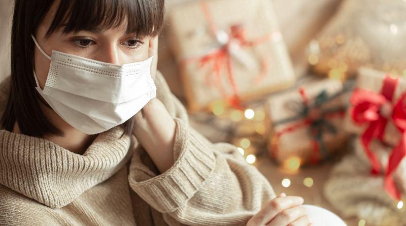 Mujer con mascarilla Navidad